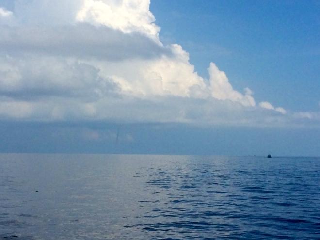 Utanför den lilla linsen i min iPhone såg tornadon faktiskt farlig ut. Även fast en liten äventyrare i mig ropade att det hade varit häftigt om den kom närmare var jag lite glad när det löstes upp i molnen ovanför Koh Samui.