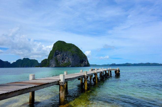En resort har slagit på stort och byggt en egen pir. Det behövs, för när det är lågvatten drar sig havet långt ut.