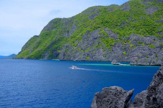 Kalkstensklipporna påminner om Halong Bay i Vietnam, men undervattensvärlden liknar ingen annan.