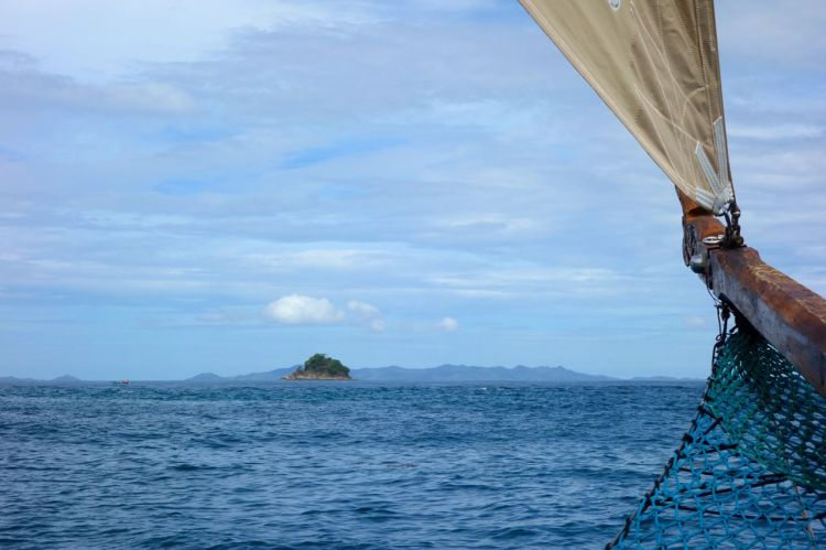 Full fart mot framtiden! Vi passerade hundratals små öar med paradisstränder och korallrev.