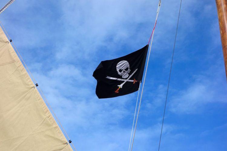 Vi seglade såklart under filippinsk flagg, men även piratflaggan Jolly Roger hängde högt. Vi passerade ett militärskepp och vinkade, men de bara spanade långt efter oss.