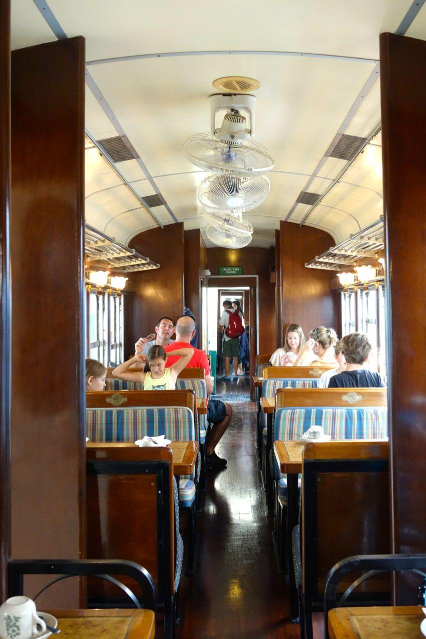 Första upplevelsen var att få kliva ombord. Även om vagnarna är från 70-talet så har de försökt inreda dem kolonialt.