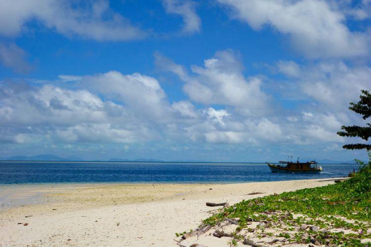 En annan dykbåt tuffade förbi och två små kanoter med fiskare låg utanför stranden, annars var vi själva på ön. Förutom en hop grönklädda män.