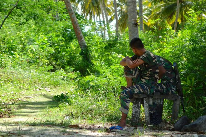 Förutom militärer bor inga andra på ön. Det finns ingen brunn, så vatten får de ditkört. Gäller att vakta på havet.