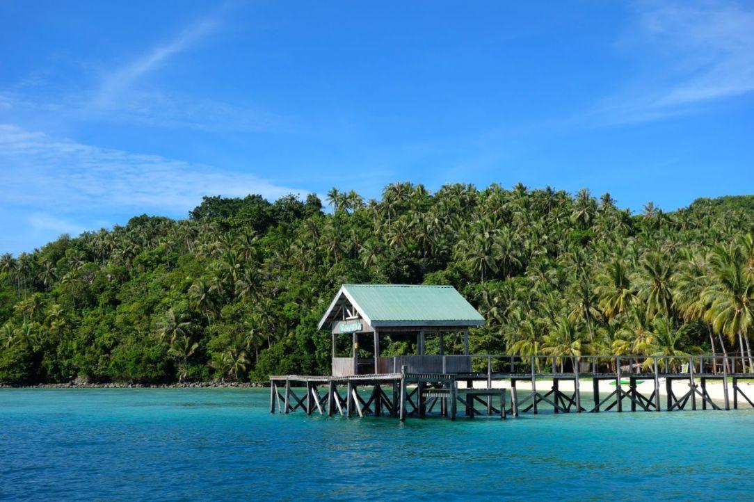 Tänk, här får bara malaysiska militären lägga till. Vi svängde in och rapporterade att vi var där, sedan följde en liten pluton oss över ön.