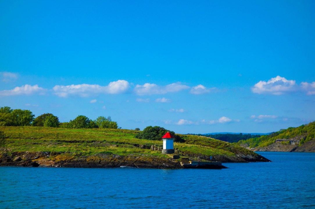 Kontrasterna i inre Oslofjorden är stora. Små skär å ena sidan ...