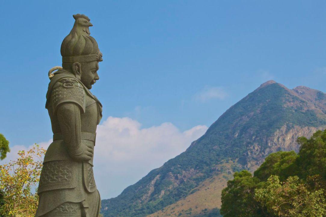 På Lantau är vandringslederna både långa, och korta. Det går också att fuska med linbana.