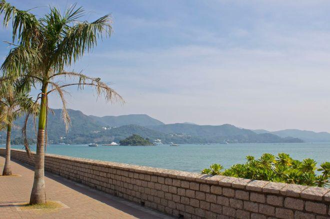 Sai Kung är en liten fiskeby där det går att hyra kajaker på den lilla stranden och paddla ut till de orörda öarna utanför kusten.