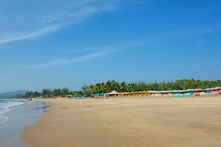Det är en linje med färgglada beach huts som strandglada kan övernatta i för en billig liten slant.