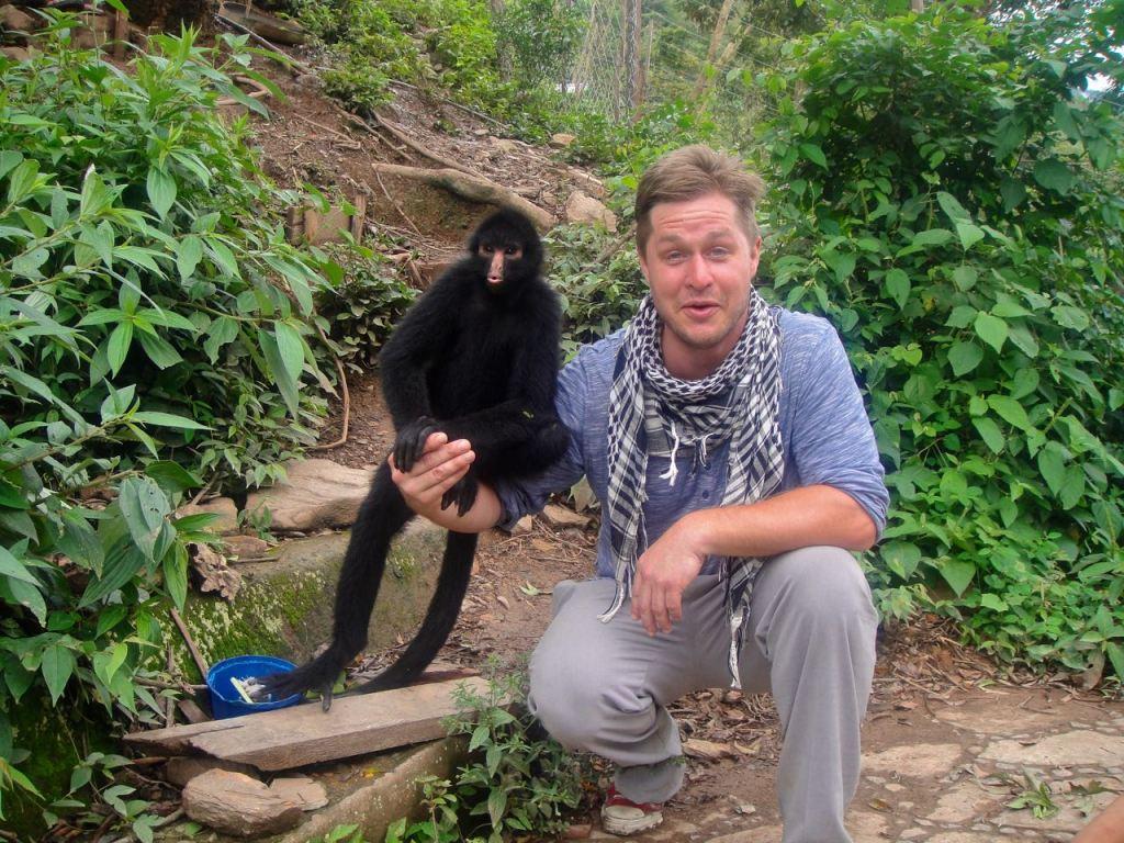 När en apa kommer till dig och vill hänga händer någonting speciellt. Det blir så tydligt att vi inte är något annat än människoapor.