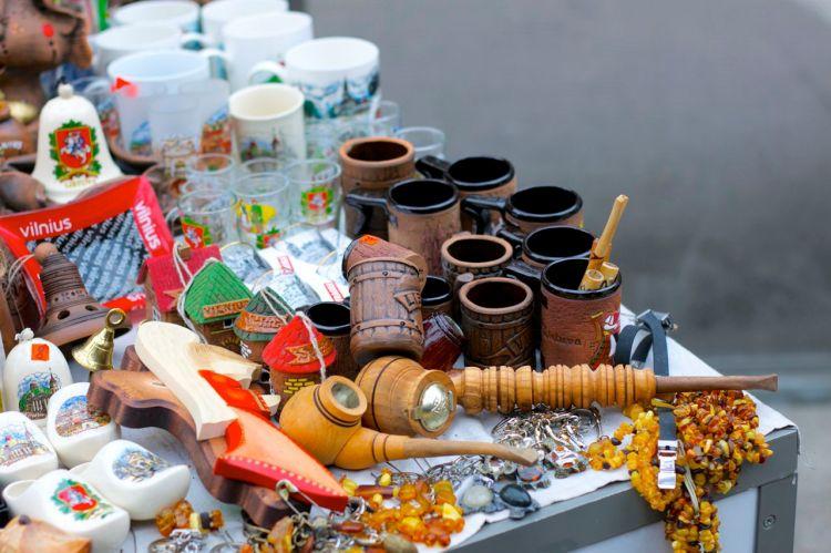 Trots kylan står stånden med souvenirer ute. Om du inte vill ha stickade mössor och vantar finns det fullt av pipor och bärnsten.
