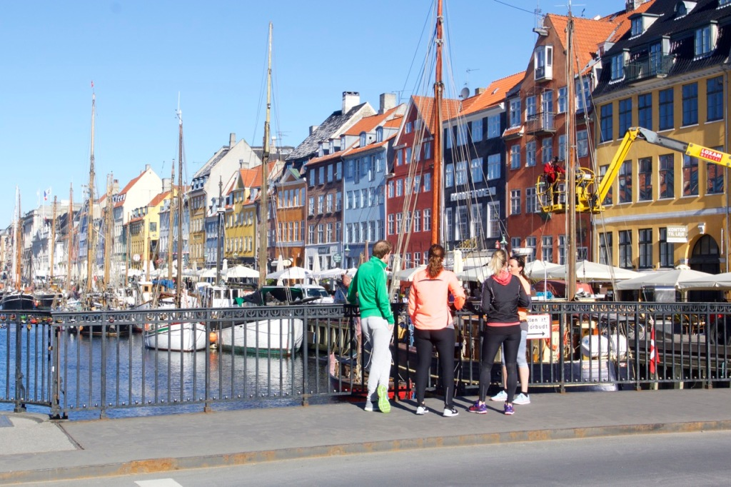 Stopp i Nyhavn. Och vi fick bland annat lära oss att det var en kung som ville ha närmare till båten som grävde ur kanalen en gång i tiden. Lata gubbar alltså..