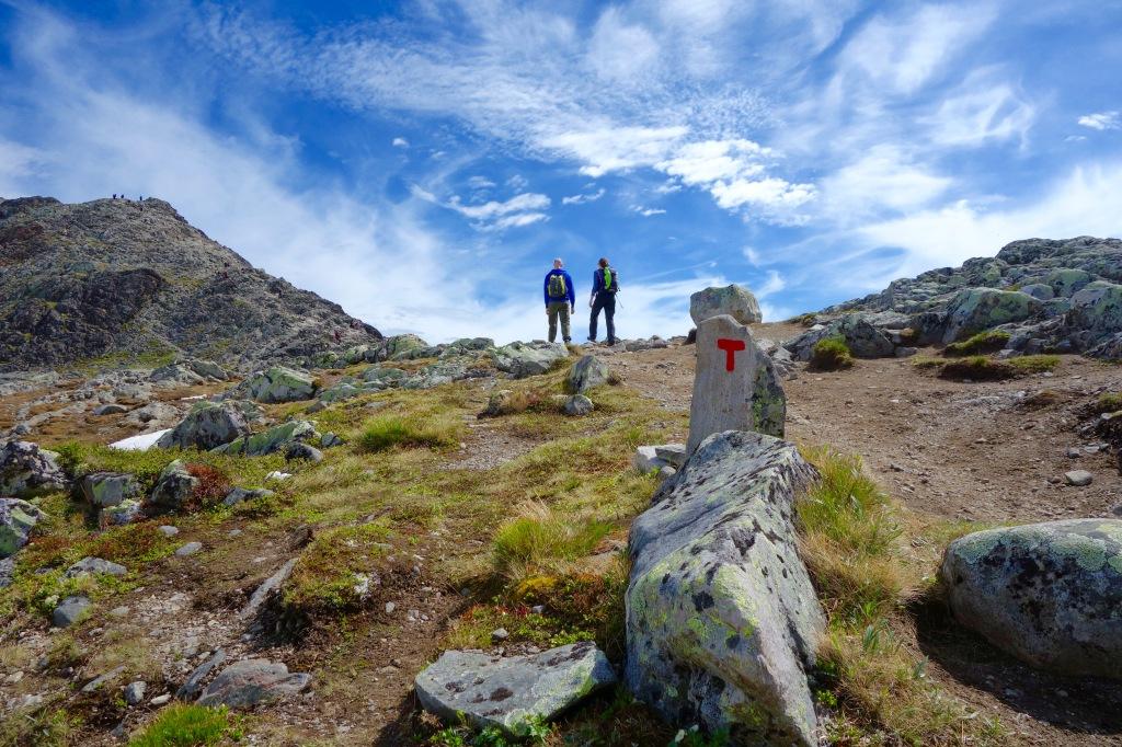 Det är lätt att hitta längs leden, även om stigen ibland mest består av sten. Tydliga, röda T:n är utplacerade längs vägen.
