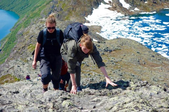 Här börjar klättringen bli tuffare, och det gäller att hålla i sig!