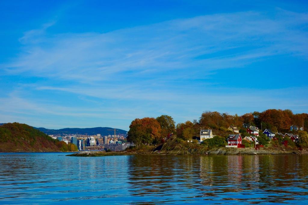 Lite kontrast mellan småstugorna ute på öarna och så Bjørvikas skyline inne i stan. Nära, och avlägset.