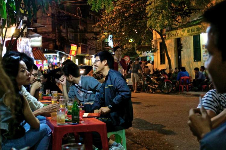 En vanlig uteservering med bia hoi en kväll i Hanoi